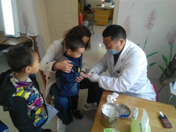 近日,东亭乡卫生院组织医务人员为辖区内3所幼儿园460名3—6岁